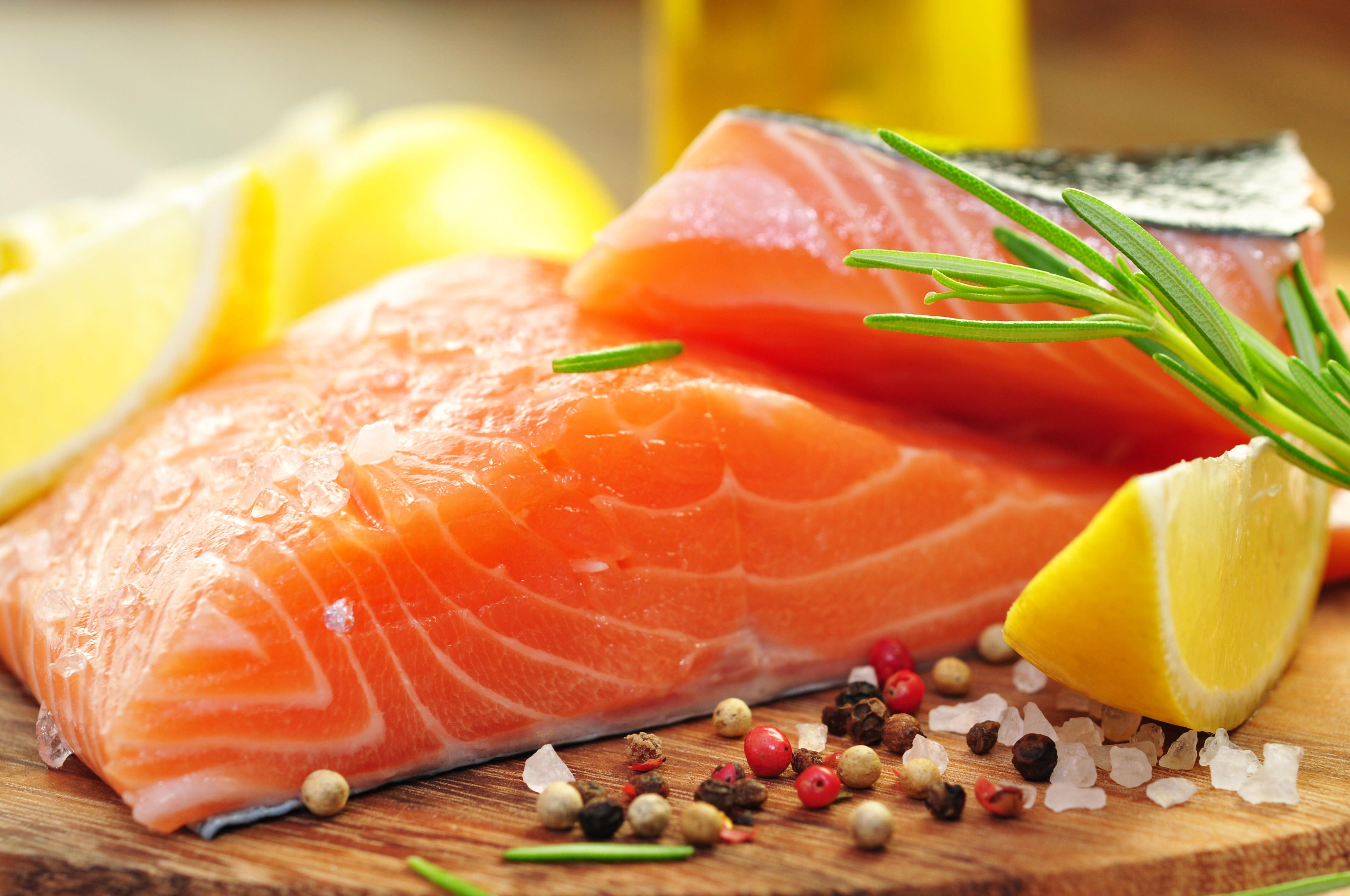 سمك السلمون المشوي بالأعشاب والليمون